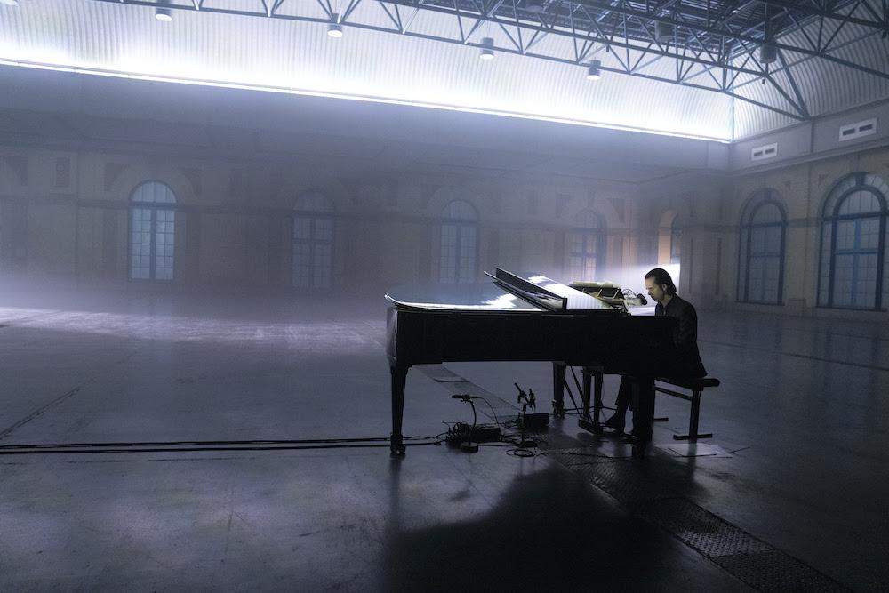Nick Cave terrà un concerto in streaming il prossimo 23 luglio. A pagamento. Funzionerà? Un esperimento temporaneo o un cambio di tendenza? Qui proviamo a fare qualche riflessione.